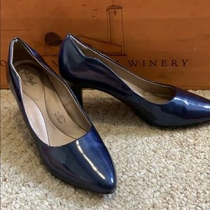 Blue pointed toe heels